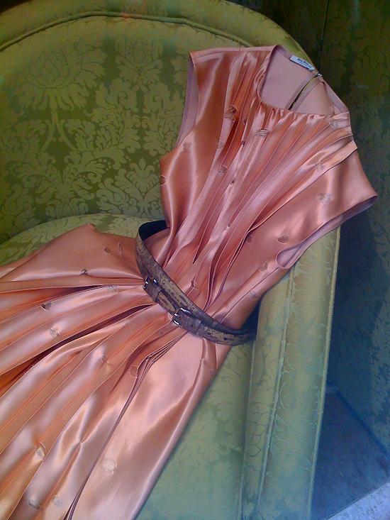 des robes de luxe... rongées par les mites