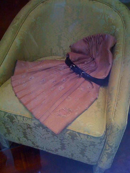 une jupe évorée, sans doute trouvée dans le grenier d'une maison abandonnée